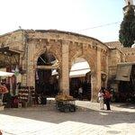 ENtrada de un antiguo bazar