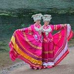 turistas probando trajes tipicos (en todas las atracciones de china se puede h