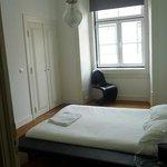 chambre sans armoire (porte condamnée au fond à gauche)