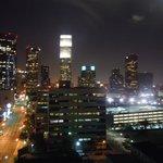 Panorama notturno di Los Angeles dalla stanza dell'hotel