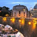 Am Tiber mit Blick auf Petersdom bei Nacht