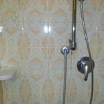 doccia con evidenti macchie di muffa nelle