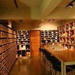 Der Weinkeller steht für die Weinauswahl, Degustationen oder Apéros zur Verfügung