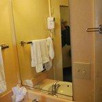 il lavandino fuori dalla sala da bagno a fiancho alla porta d'ingresso