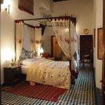 La chambre avec lit à baldaquin