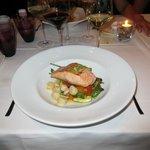 Un exquisito plato de salmón salteado con vieyras. Muy rico!