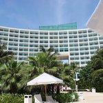 Vista de dentro da piscina olhando para o Hotel