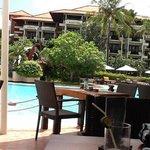 プールサイドのサーファーズカフェ