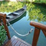 Embarcadero de la habitación con su canoa
