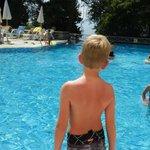 Onze zoon heeft zich vermaakt bij het zwembad en aan strand