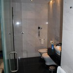 Badezimmer mi Badewanne und Wellness-Dusche