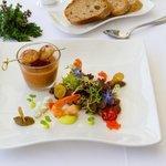 Gemüsekaltschale vom Weilerer Gartengemüse, gebratene Jakobsmuscheln & geräucherte Garnelen