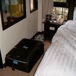 1 Nachttisch und Koffer auf dem Boden da kein Schrank