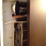 le tiroir des couverts dont le bois cloque et est pourri