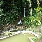 piscines d'eau chaude et d'eau froide en bord de cascade