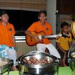 Rio und Kollegen singen beim Dinner