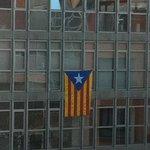 uitzicht met 1 van de duizenden vlaggen in de stad