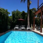 zonnig zwembad