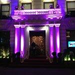 L'entrée de l'hôtel de nuit