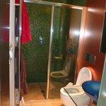 Belle salle de bains avec une spacieuse douche à l'italienne