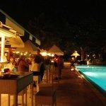 Espace bar/piscine de nuit.