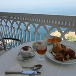 Petit déjeuner sur la terrasse.