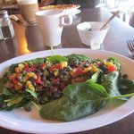 Delicious spinach salad with mango & black beans