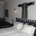 Chambre Aziza,mélange raffiné d'artisanat marocain et de mobilier contemporain.