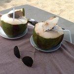 gekühlte Kokosnuss zur Happy Hour