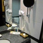 部屋の洗面化粧台、ドライヤー、拡大鏡完備です