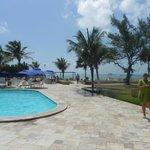 Vista maravilhosa da piscina em conjunto com a praia