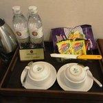 無料の水とお茶類。お菓子も無料みたいだ