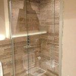 particolare della doccia in marmo
