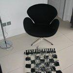 Une chaise design de la suite tulipe noire
