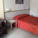La chambre avec son tres grand lit double