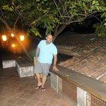 la terraza de noche bellamente iluminada