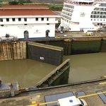 Esclusas abriendo las compuertas para desnivelar con agua