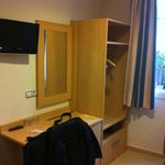 télé, petit bureau, armoire