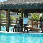 Clase de estiramiento con animador Rafael, en piscina