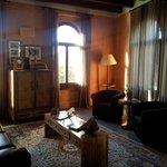 Salón junto a la habitación Sevilla
