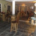 Tables et chaises style tronc d'arbre.