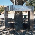 Monumento en memoria de James Dean, muy deteriorado.