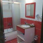 doccia, lavandino e specchio
