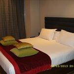 кровать и серая штора