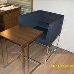 столик и кресло