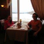 Salle à manger avec vue sur le lac
