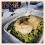 huevos samarkanda con cama de fetuccini verde