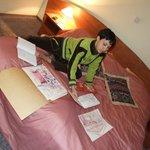 вечерняя доработка рисунков в номере гостиницы Бельведерской