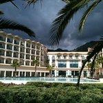 Blick vom Meer auf das Hotel