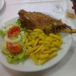 Pierna de cordero con ensalada y patatas fritaa